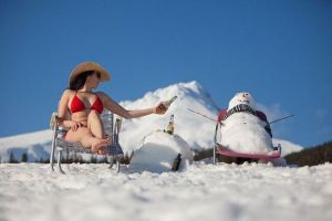 misc-bikini-beach-lady-sitting-enar-snowman